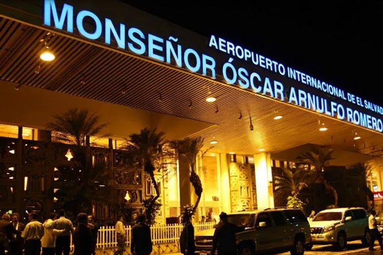 Aeropuerto de El Salvador incrementa controles sanitarios por fiestas